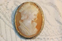 VINTAGE HAND CARVED LARGE CAMEO BROOCH PENDANT