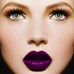 Para crear un maquillaje compuesto por unos labios morados, colorete melocotón, sombra ocre y rimmel y eyeliner azul puedes utilizar estos productos.