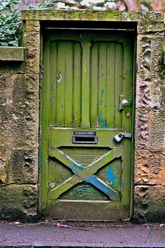 door Green door The Decorista-Domestic Bliss: Currently Craving.green leaves Old doors. In RED, orange or green. Cool Doors, The Doors, Unique Doors, Windows And Doors, Front Doors, Knobs And Knockers, Door Knobs, Doors Galore, When One Door Closes