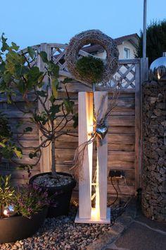 GS52 - Dekosäule für Innen und Aussen zum beleuchten! Große gespaltene Säule, weiß gebeizt aus neuem Holz, natürlich dekoriert mit natürlichen Materialien, einem Edelstahlherz und Rebenkranz. Der Kranz kann bepflanzt werden, oder nach belieben dekoriert! Preis 149,90 € - Aufpreis mit Beleuchtung 10€