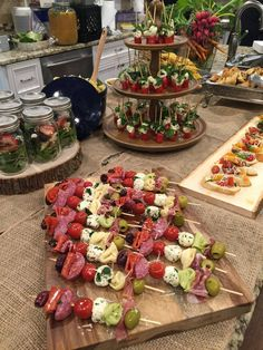 This skewered antipasto- so cute! Appetizers Table, Appetizers For Party, Appetizer Recipes, Brunch Recipes, Wedding Appetizer Table, Appetizer Table Display, Baby Shower Appetizers, Party Recipes, Cheese Recipes