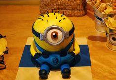 http://sosunnyblog.blogspot.com.es/2013/12/so-sunny-by-paula-tarta-minion-hecha.htmlSO SUNNY: So Sunny by Paula: Tarta Minion hecha con Fondant, cariño y mucho talento. Tutorial completo. Despicable me cake tutorial. DIY