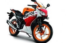 There certainly is no shortage of models in the affordable performance bike segment in India. At one end, there's the extremist like the KTM Duke 390 and on the other, there are saner options like the Yamaha R15 and the Honda CBR 150R.  The Honda CBR 150R comes as a younger sibling to the popular CBR 250R. The bike shares a lot of design cues with the latter, however, it differentiates itself with its snazzy two-tone paint scheme.