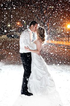photography idea for winter wedding - if there is not snow falling, have the members of the wedding party all throw a handful up in the air to simulate the effect