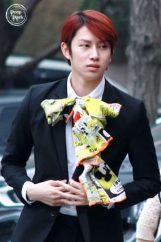 My kinda man. Never mind that big ugly ribbon. He's fabulous as is. Love Heechul to bits