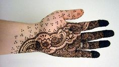 One can draw simple and easy traditional designs. See the below henna designs how it look nice on hands. We have different collections of designs for you Henna Hand Designs, Latest Henna Designs, Arabic Henna Designs, Mehandi Designs, Real Tattoo, Tattoo Henna, Henna Mehndi, Henna Art, Mehendi