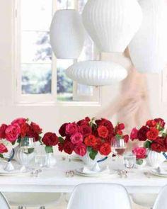 déco de table de mariage avec fleurs en rouge