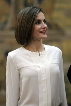 Queen Letizia of Spain and King Felipe VI of Spain attend a meeting with members of 'Princesa de Asturias' foundation at El Pardo Royal Palace on June 2015 in Madrid, Spain. Kurti Neck Designs, Dress Neck Designs, Blouse Designs, Hijab Fashion, Fashion Dresses, Queen Letizia, Mode Hijab, Blouse Dress, Royal Fashion
