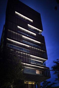 43 Ideas lighting design architectural facade for 2019 Vaulted Ceiling Lighting, Facade Lighting, Patio Lighting, Exterior Lighting, Tower Building, Building Facade, Architectural Lighting Design, Unique Buildings, Facade Design