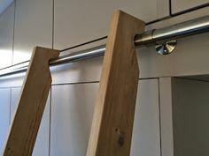 Heel fraai zo'n kastenwand rondom een deur, zaken die ik ook kan realiseren (zie www.jbbinnenwerk.nl ). Die bovenkasten wil je ve...
