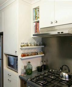 Ideia bem legal para a cozinha, prateleira para os temperos ao lado do fogão