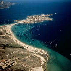 Porto Pollo spot surf e windsurf nord Sardegna    Sardegna, terra di mare, sole e vento: la combinazione perfetta per gli amanti del surf e windsurf. Scoprite i migliori spot del nord Sardegna