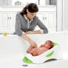 Keep your baby safe and comfortable during bath time with the Munchkin Clean Cradle Tub. This inclined basin provides full head and body support while keeping water out of your baby's ears, giving both you and your baby an enjoyable bath time. Baby Tub, Baby Registry Must Haves, Baby Bath Time, Diy Case, Babies First Year, Baby Arrival, Baby Safe, Baby Wearing, New Baby Products