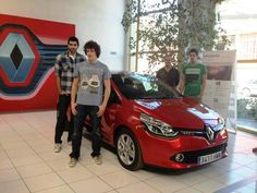Jugadores estrella del BM Huesca posando junto al Nuevo Clio