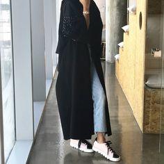 No photo description available. Street Hijab Fashion, Abaya Fashion, Muslim Fashion, Conservative Fashion, Iranian Women Fashion, Abaya Designs, Dubai Fashion, Fashion Design, Hijabs
