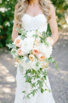 Cascading peach bouquet: #bouquet #peach: http://erinheartscourt.com/