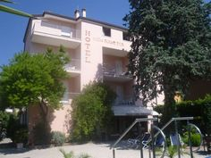 Hotel Villa Alberta - Torbole ... Garda Lake, Lago di Garda, Gardasee, Lake Garda, Lac de Garde, Gardameer, Gardasøen, Jezioro Garda, Gardské Jezero, אגם גארדה, Озеро Гарда ... Welcome to Hotel Villa Alberta Torbole, Charming Hotel Villa Alberta enjoys a quiet location close to both Lake Garda and Torbole town centre, just 5 minutes drive from Riva del Garda. In Villa Albertas well-tended gardens you can lie in the sun on the sun loungers pro