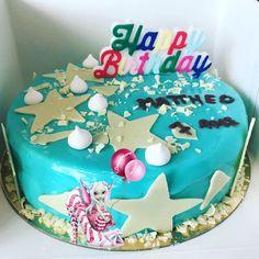 #entremet #dessert #genoise #compotefraise #crememontee #crememonteevanille #vanille #glacagemiroir #glacagemiroirbleu #glacage #chocolatblanc #decochocolatblanc #chocolataulait #ecriturechocolat #homemadefood #homemade #homemadecooking #patisserie #instafood #douceursucrees Birthday Cake, Desserts, Food, White Chocolate, Gentleness, Vanilla, Tailgate Desserts, Deserts, Birthday Cakes