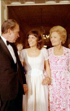 President Richard Nixon and First Lady Patricia Nixon, with the Number One female vocalist of the Karen Carpenter, at the White House in Richard Carpenter, Karen Carpenter, Karen Richards, Female Rock Stars, Dorothy Hamill, Olivia Newton John, Gone Girl, Female Singers, Forever Young