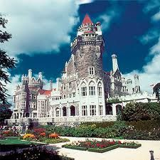 Casa Loma in Toronto, ON. I've always wanted to go to a castle, and this one is right here in Canada! Oh The Places You'll Go, Places To Travel, Places Ive Been, Places To Visit, Unique Buildings, All I Ever Wanted, Vacation Spots, Vacation Memories, Canada Travel