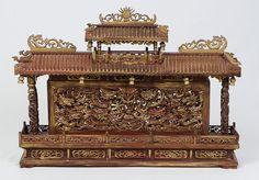Imponente escultura oriental ricamente entalhada em mad..