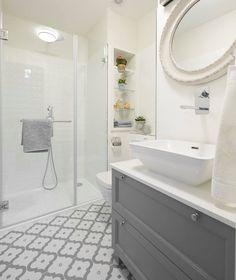 Szürke-fehér. Kis méretű fürdőszoba