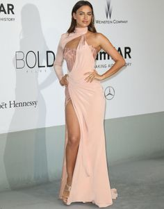 Irina Shayk beautiful color, cut, and style. Sexy Dresses, Beautiful Dresses, Nice Dresses, Prom Dresses, Irina Shayk Dress, Vestidos Versace, Look 2018, Red Carpet Looks, Red Carpet Fashion