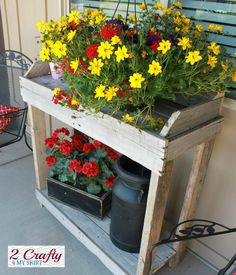 2 Crafty 4 My Skirt: Potting Bench from Old Pallets.I love, love, love this little potting table! Old Pallets, Pallets Garden, Recycled Pallets, Wooden Pallets, Pallet Wood, Pallet Boards, Pallet Porch, Free Pallets, Diy Wood
