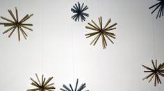 Schritt 3: Einen Nylonfaden an der Klammer befestigen und Sterne damit in unterschiedlichen Höhen an der Decke nahe der Wand aufhängen. Man kann die Enden der Trinkhalme kürzen, so dass unterschiedlich große Sterne entstehen. Die komplette Anleitung findest du hier: http://www.immonet.de/service/weihnachtsstern-basteln.html #immonet hat die Tipps