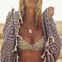 ]]ViX Bikini (aqui and aqui) // Mayde Towel // Kate Davis, Long Lost Jewelry, Frasier Sterling and Kamera Jewelry. Goldfish kiss
