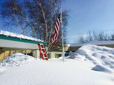 Schnee bis unter das Dach: Im nördlichen Teil des US-Bundesstaats New York haben die Menschen mit einem heftigen Wintereinbruch zu kämpfen. In dieser Einrichtung für betreutes Wohnen in der Stadt West Seneca musste die Nationalgarde bei der Bewältigung der Schneemassen helfen.