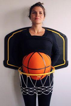 mujer embarazada disfrazada de canasta de basquetbol con un balón
