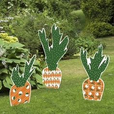 Carrot Easter Yard Sign Set. When it comes to the element of Easter decorations, you may think about bunny and Easter eggs. These Easter carrot yard signs and stakes gives off a new look for Easter decoration. They are fade resistant and can last from bad weather. http://hative.com/creative-easter-outdoor-decoration-ideas/