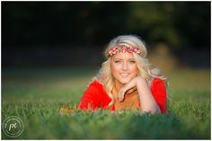 Senior pics field | Knoxville senior pics | boho | flowers | beautiful light | Pixel Chicks Photography | www.pixelchicksphoto.com