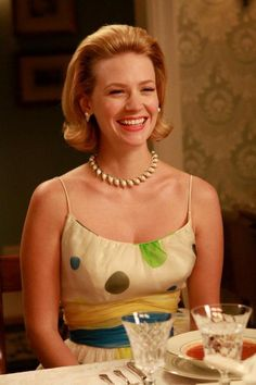 Mad Men: January Jones as Betty Draper. Cream shoestring strap, full skirted dress with green and blue circles. Don Draper, Betty Draper, Jon Hamm, Mad Men Fashion, Retro Fashion, Madison Avenue, Mad Man Serie, Mad Men Party, Mad Women