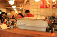 听这位戴眼镜的小帅哥说,这架咖啡机价格约在16万元人民币,功能很强,意大利产。
