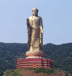 Spring Temple Buddha (158 méter)