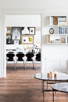 1) Tavelhängningen i matsalen. Notera den raka linjen i över och underkant, som de pusslat fram med hjälp av ramar i olika storlekar. 2) Hylluppsättningen i vardagsrummet...