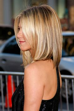 Honey Blonde Highlight - Medium Bob Hair Cut --- thinking of switching up my do.this could look cute on me, I have always wanted some Jennifer Aniston Hair! Medium Bob Hairstyles, Haircuts For Fine Hair, Pretty Hairstyles, Bob Haircuts, Haircut Medium, Hairstyle Ideas, Straight Haircuts, Haircut Bob, Wedding Hairstyles
