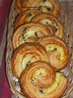 pastries rolled with chocolate chips Italian Pastries, Italian Desserts, Cake Recipes, Dessert Recipes, Donuts, Bread Art, Brioche Bread, Arabic Food, Bakery Cafe