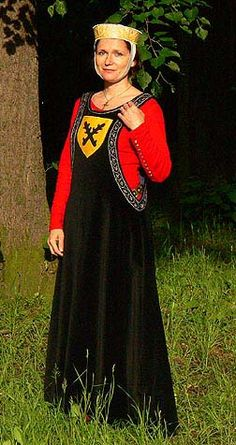 Tailor's - Vera, Heraldic surcotte  think this could work well for Highborn too....stunning reproduction of 13th to 14th century lady's sideless surcoat over a linen/wool kirtle or cotte