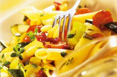 Das Rezept für Penne mit Zucchini mit allen nötigen Zutaten und der einfachsten Zubereitung - gesund kochen mit FIT FOR FUN