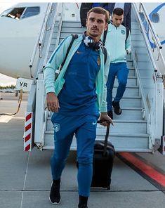 Griezmann a son arrivé à Tallin Football Players, Ronaldo, Rugby, Hot Guys, Soccer, Sports, Jackets, Style, Fashion