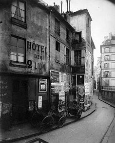 Rue des Ursins, Paris, 1923 by Eugene Atget Eugene Atget, History Of Photography, Street Photography, Art Photography, Old Pictures, Old Photos, Rue Blondel, Musee Carnavalet, Black And White