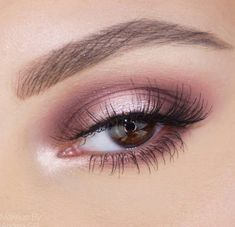 Halo Eye: Pink and Purple Halo Eyeshadow Look with Pink Shimmer Halo-Auge: Rosa und lila Halo-Lidschatten-Look mit rosa Schimmer in der Mitte. EIN… – Spitze Halo Eye: Pink and purple halo eyeshadow look with pink shimmer in the middle. Hazel Eye Makeup, Purple Eye Makeup, Smokey Eye Makeup, Eyeshadow Makeup, Face Makeup, Pink Smokey Eye, Eyeshadow Palette, Purple Makeup Looks, Eyebrow Makeup