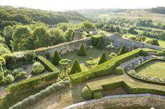Classé et partiellement inscrit au titre des monuments historiques, le Château de Montréal et son jardin est ouvert à la visite en été, on peut y découvrir les salons, avec une collection de portraits périgourdins et, dans une tour, une curieuse bibliothèque circulaire.