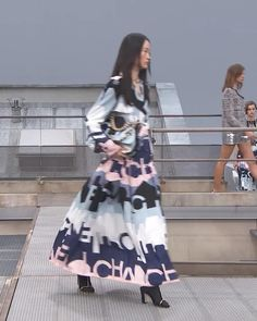 Spring Summer 2020 Ready-to-Wear Collection. Runway Show by Chanel. Chanel Maxi, Chanel 19, Spring Outfits Women, Printed Silk, Red Carpet Fashion, Runway Fashion, Ready To Wear, Outfit Ideas, Spring Summer