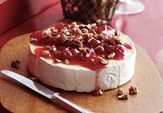 Geitencamembert met kersen en pecannoten Goat cheese camembert with cherries and pecan nuts www.bettine.nl