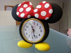 What's the time Minnie Mouse? What would you make with the world's best air drying modelling clay? Mickey Mouse House, Fiesta Mickey Mouse, Mickey Minnie Mouse, Disney Diy Crafts, Diy And Crafts, Clay Crafts, Felt Crafts, Jumping Clay, Diy Clock