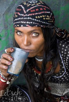 'Gypsy woman' drinking tea (masala chai) from a glass, Rajasthan (India) | Mirjam Letsch Photography